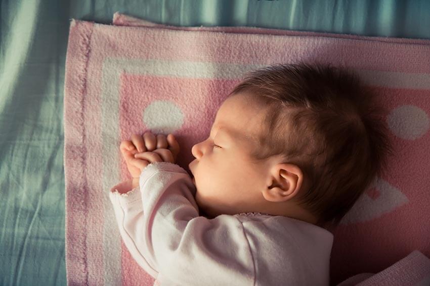 Czy niemowlę powinno spać wewłasnym pokoju?